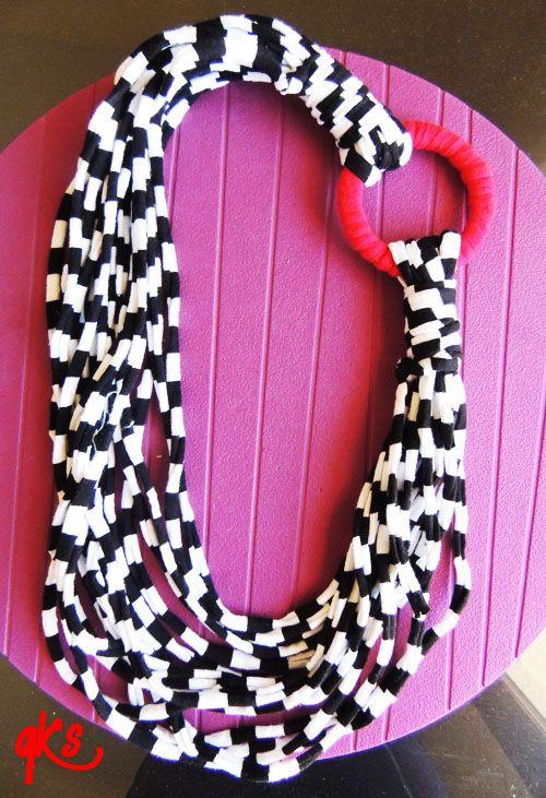collar ......de trapillo en rayas blanco y negro y detalle de aro forrado en trapillo rojo.....