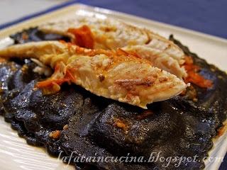 Ravioloni al nero di seppia con burrata e gallinella, un'idea per San Valentino.