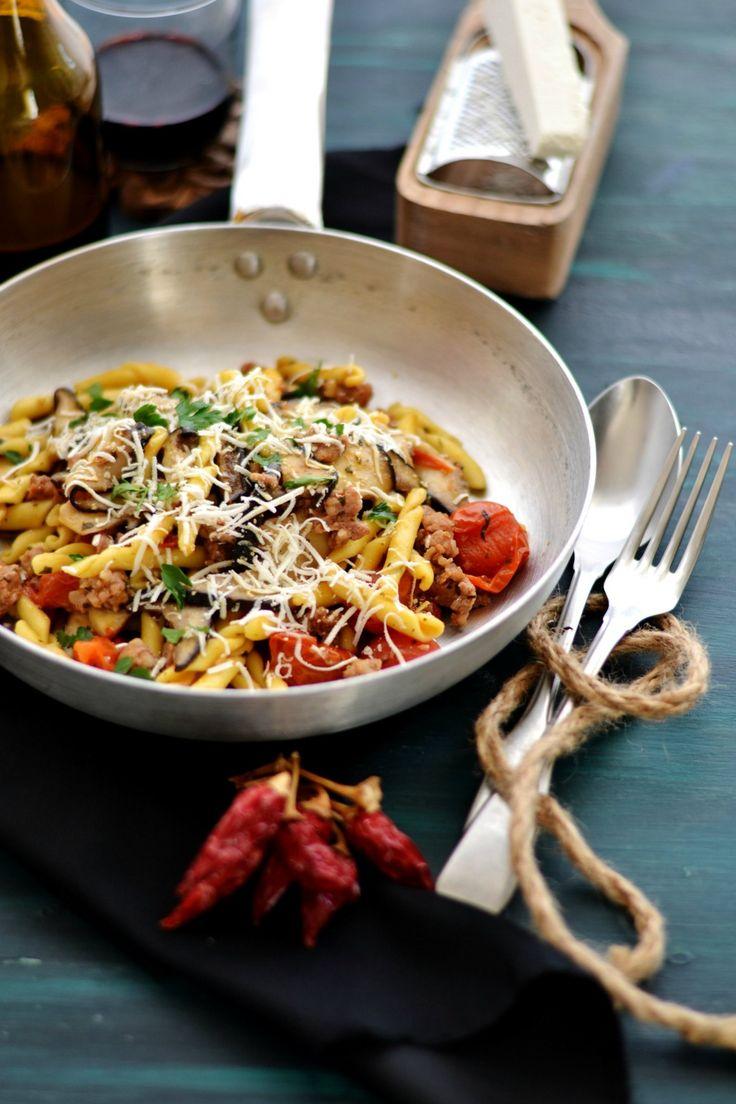 Strozzapreti con pomodorini, salsiccia, funghi cardoncelli e ricotta salata12