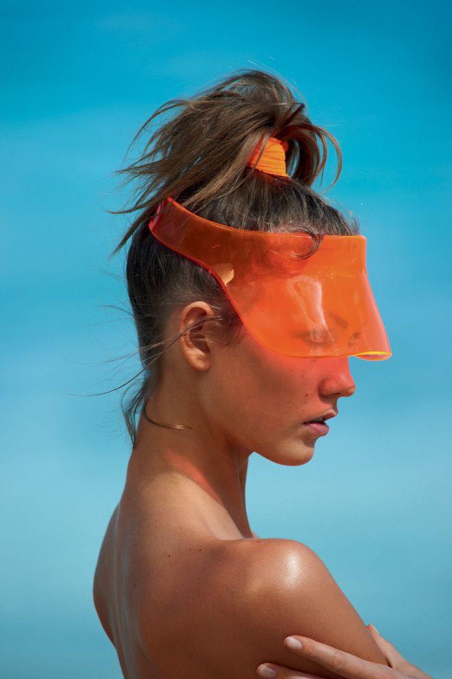 Les plus belles coiffures de Damien Boissinot dans Vogue Paris : la coiffure de plage de Karlie Kloss photographiée par Gilles Bensimon