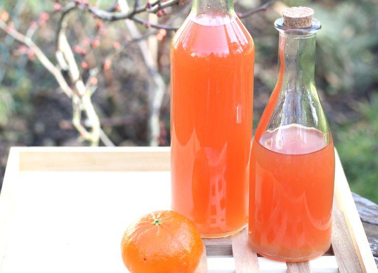 abgesiebt... nach sechs Wochen Ziehen ist der Pomeranzen-Wein, basierend auf auf Bitterorangen und Roséwein, Zitrone, etwas Rohrzucker und Vanilleschote, fertig.  Er schmeckt als Aperitif eingenommen nach Grapefruit und ist sehr anregend.