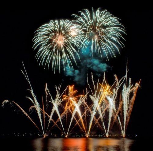 Agli occhi di grandi e piccini, i fuochi d'artificio sono giochi di luci e colori emozionanti, quando poi si rifrangono sulla superficie dell'acqua del Lago, si sdoppiano. Ecco il calendario con gli appuntamenti pirotecnici in programma nelle località benacensi. @gardaconcierge