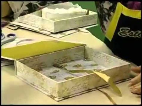 Material:  1 caixa de papelão 1 pedaço de papel paraná 1 folha de papel de presente 2 folhas de papel pardo cola (branca e cola fria), lápis ou caneta, régua, estilete ou tesoura.  Detalhes/Dicas: - papelão cinza - é vendido em várias espessuras m