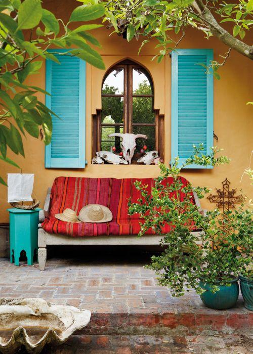 Original banco de madera para entrada o zona de terraza con llamativa tela que da calidez y personalidad a la estancia.