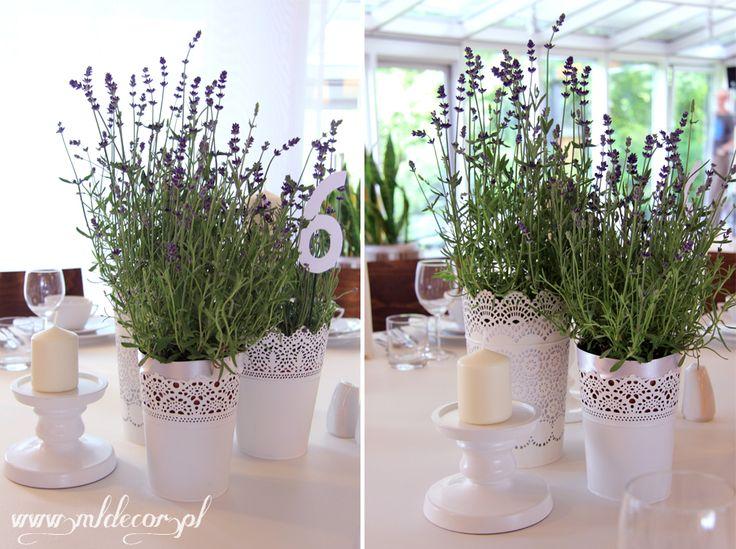 Kompozycje na stołach gości