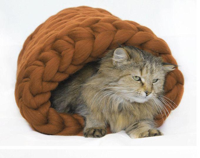 Dikke kat Bed. Katten houden van te verbergen en craw in krappe ruimtes. Dit super chunky merino bed is super gezellig en zachte zou een prima bed voor uw kat. Als de perfecte gift voor uw geweldig huisdier zal worden. Gepersonaliseerde *** Schrijf uw mooie koosnaam in opmerking mij.  Maten diameter-18 inch Als u interessante in verschillende grootte net laat het me weten  Merino wol garen is garen van wol van de merino wol schapen. Merino van zijn gewaardeerde voor hun ongelooflijk zacht…