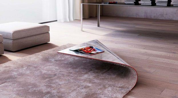 Designer Alessandro Isola is in zijn leven waarschijnlijk één keer te veel over een losliggend tapijt gestruikeld. Hoe verklaar je anders deze Stumble Upon? Het lijkt een zacht kleed, maar de onderkant bestaat uit een harde laag. In één hoek is de ondergrond omgevouwen, waardoor er een kleine salontafel ontstaat!  Door verschillende Stumble Upons […]