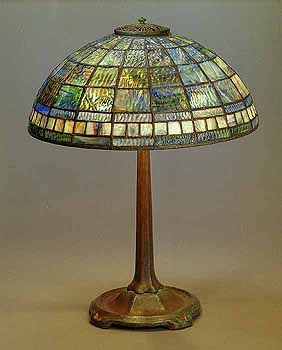Geometric dome Tiffany Lamp on Bronze lamp base - Négyszög alakú ólomüveg mintázattal díszített Tiffany lámpa bronz talppal.