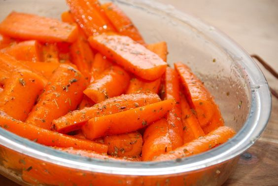 Nem opskrift på honningbagte gulerødder, der bages i ovnen ved 175 grader. Gulerødderne vendes med akacie honning og oregano. Til honningbagte gulerødder til fire personer skal du bruge: 500 gram g…