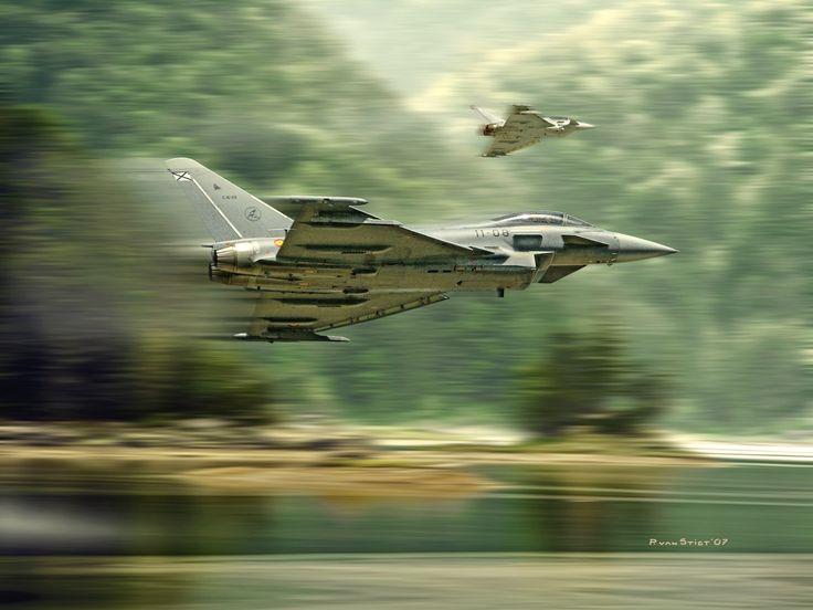Eurofighter Typhoon españoles en vuelo rasante, cortesía de Peter van Stigt. Más en www.elgrancapitan.org/foro