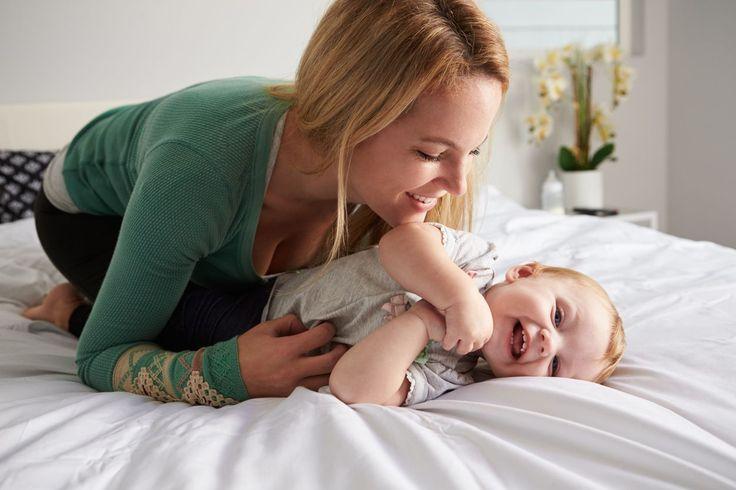 Beschäftigungsideen für Dein 3-6 Monate altes Baby | Zwischen dem dritten und sechsten Monat kommt Bewegung ins Baby. Gerade konntest Du es noch irgendwo hinlegen und da lag es dann halt. Auf einmal fangen die kleinen Kraftpakete an, sich zu drehen, vorwärts zu robben oder sogar schon aufrecht zu sitzen. Die neuen Perspektiven bringen die Weltentdecker auf viele Ideen. Mamas Tasche war sonst unerreichbar weit weg, aber auf einmal robbt sich Dein Kleines einfach dorthin und untersucht…