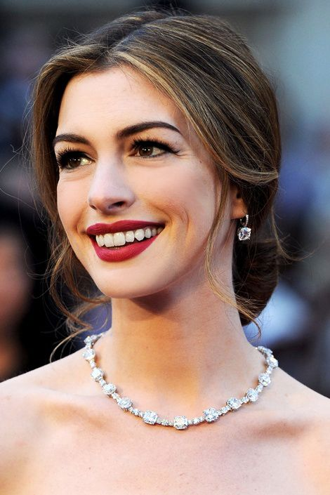 love her makeup, soft red matte lips: Red Lipsticks, Annehathaway, Diamonds Earrings, Red Carpets Hair, Celebrity Hairstyles, Beautiful, Lipsticks Color, Diamonds Necklaces, Anne Hathaway