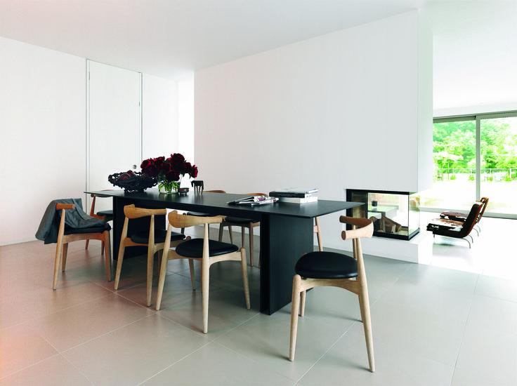 bulthaup - b3 keuken - tafel - deze tafel is verkrijgbaar in de houtsoorten: eiken natuurgrijs, eiken zwart-bruin, ahorn, kersen en notenhout. De dikte van het tafelblad is afgestemd op die van het werkblad van het inrichtingssysteem b3
