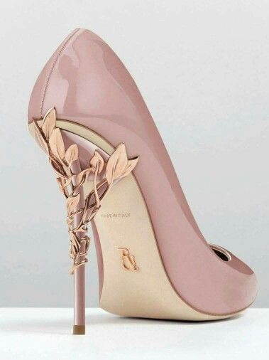 Love the delicate rose-gold leaves on the heel, gives it a very elegant touch:)