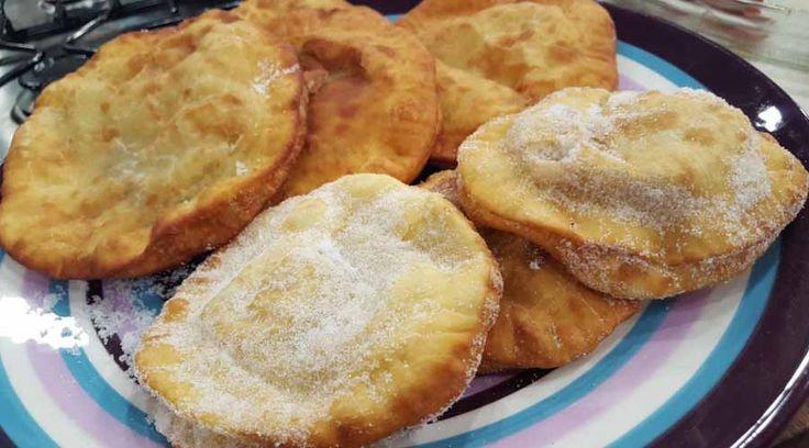 Tortas fritas rellenas de dulce y queso