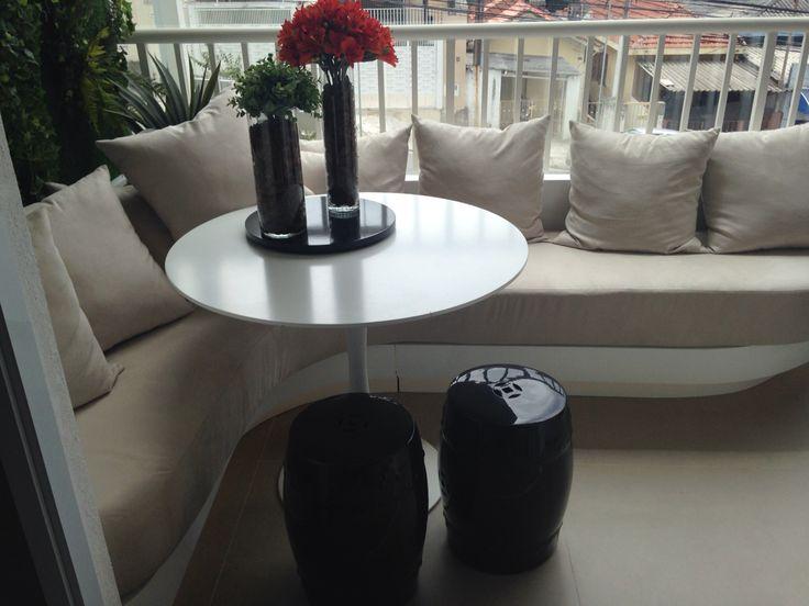 Varanda de apartamento com sofá e jardim vertical...lindo!