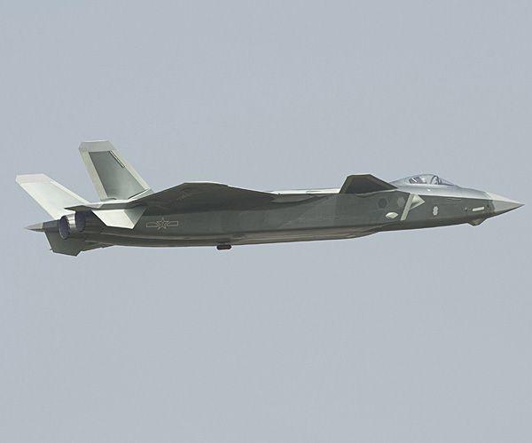 殲20(J20)     2016年11月の珠海航空ショーでデモンストレーション飛行する殲20(J20)戦闘機。側面をやや下側から捉えた写真で、胴体のディテールがよく分かる。11年に公開された試作機に比べると、機首先端のピトー管が無くなった一方、機首下面や空気取り入れ口の側面、胴体下面などにセンサー類とみられる突起が確認できる。今のところJ20に搭載される電子機器に関する情報はないが、自らは電波や赤外線を発信せずにターゲットを追尾するパッシブ式センサーを備えている可能性は高い。   胴体の表面は滑らかで、ウエポンベイ(兵器倉)や主脚の収納部なども外板の継ぎ目はほとんど確認できず、工作精度が向上し、その分、ステルス性能が高まっているのは間違いない。エンジンの噴射口は試作機よりも先端が絞られている印象を受けるが、推力偏向装置を備えているのかどうかは分からない(2016年11月01日) 【EPA=時事】