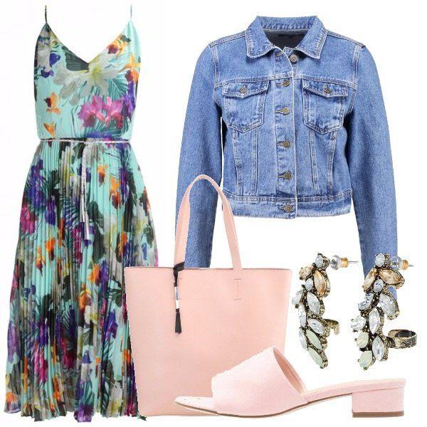 Il delizioso vestito stampa tropicale, adatto a tutto il giorno con i sandaletti bassi rosa, la capiente borsa, per il fresco il giubbotto in jeans corto e a dar luce gli orecchini.
