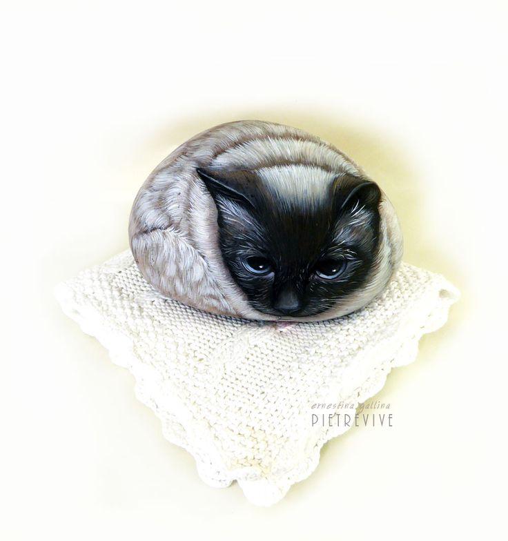 Lui è Kiki, dolce gattino al quale ho fatto il ritratto su sasso.