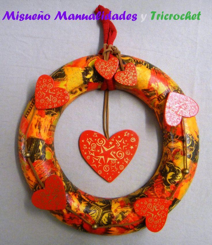 Hicimos y vendimos montones de coronas de navidad, todos sobre una base de porexspan y esta en concreto decorada con papel Décopatch y corazones de madera.  www.misuenyo.com / www.misuenyo.es y Facebook Tricrochet