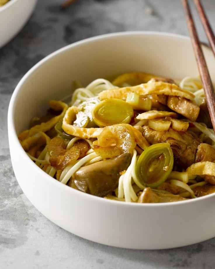 Bami goreng zijn gewokte noedels met groentjes en blokjes gebakken kip. Een echte Oosterse topper! Snel klaar en overheerlijk!