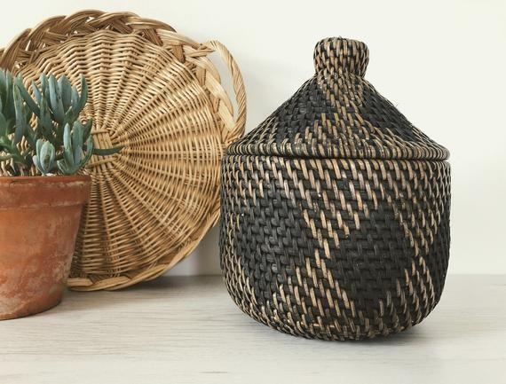 RESERVIERT für MAIA Vintage Berber Korb, marokkanischedeckel Korb, gewebt Palm Leaf, Vintage Korb Dekor