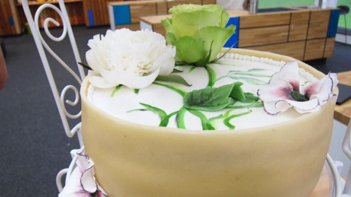 Billede af bryllupsdagskage - skovbærmousse og chanpagnemousse