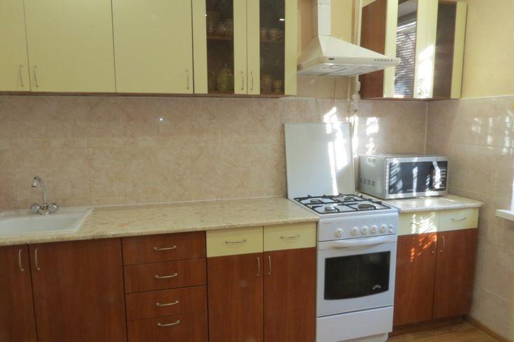 Предлагаем для долгосрочной аренды в Ставрополе  2 - комнатная квартира по адресу Пирогова54, 35 школа , ремонт современный,кухонный гарнитур, шкаф-купе, 2-х спальная кровать, мягкая мебель, общей площадью 50.7 кв.м, дом Панель, Центральное отопление, Газ-плита, наличие бытовой техники - стиральная машина (+), холодильник (+), телевизор (ЖК),парковка стихийная, номер объявления - 33008, агентствонедвижимости Апельсин. Услуги агента только по факту заключения договора.Фотографии…