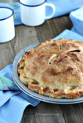 L'Apple pie è sicuramentela regina delle torte di mele, il dolce simbolo della cucina tradizionale americana. Ogni volta che la preparo mi porta alla mente nonna papera, ricordate la vignetta nei fumetti di topolino, in cui metteva a freddare la torta sul davanzale della finestra? Io l'adoravo!