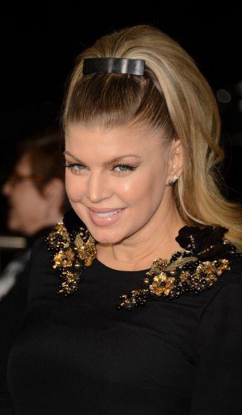Fergie apostou no rabo de cavalo retrô para dar charme às suas madeixas loiras. A cantora investiu na presilha e deixou os fios com volume na parte de trás, criado com a ajuda de modeladores