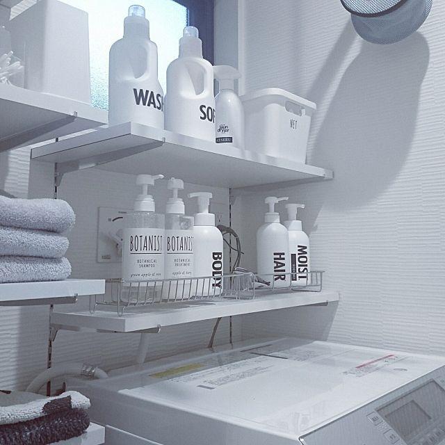女性で、4LDKのフランフラン/シンプルインテリア/整理整頓/バスタオル収納/ニトリ/IKEA…などについてのインテリア実例を紹介。「棚追加⭐ コンセント類が邪魔で棚をつけられないなぁ~と諦めていた洗濯機上。奥行短い板を使えばいいんだΣ(゜Д゜)‼と昨日気づき(笑)さっそく買ってきた♪ 洗濯機上に置いていたお風呂セットを棚に片付け出来てスッキリ(*´ω`*)」(この写真は 2017-05-03 22:45:14 に共有されました)