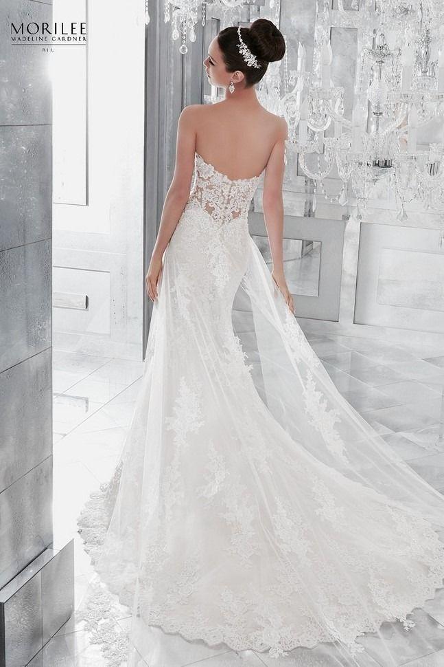 a7a0c3460b Tradícionális sellő fazonú csipke esküvői ruha illúzió betétekkel  megbolondított fűzővel és a ruha hosszán túlmutató, lecsatolható uszállyal.