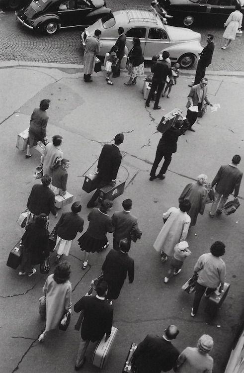 Devant la gare Montparnasse Paris 1959 Photo: Robert Doisneau