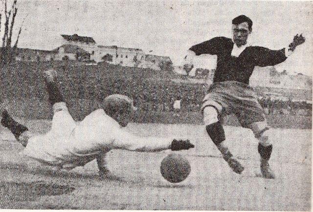 """Benfica-AC Sparta (equipa de vermelho), em 12 de Janeiro de 1924 no campo do SC Império, em Palhavã. O guarda-redes Francisco Vieira (Chiquinho) com o """"mergulho"""" que o tornou famoso, o melhor do seu tempo e internacional por Portugal, em três jogos consecutivos, entre 1923 e 1925."""