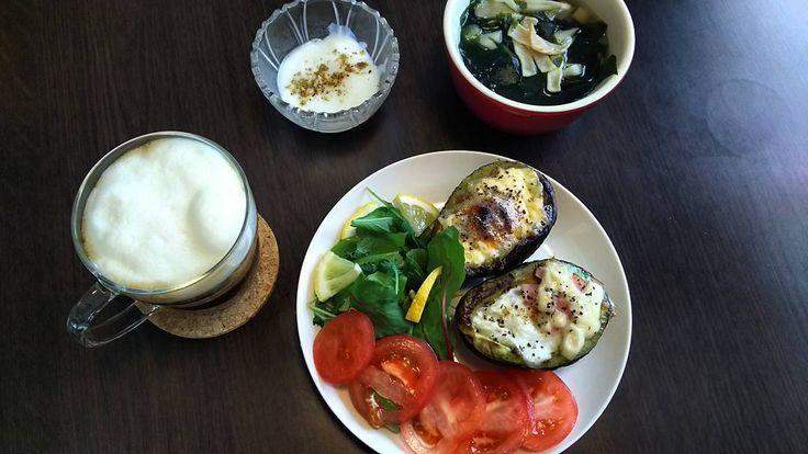 アボカドエッグボード流行りに乗って作ってみたwオーブンは やはり不調なので魚焼きグリルでw  今日の朝ごはん アボカドエッグボード(マヨネーズ&チーズ) アボカドエッグボード(ハム&チーズ) スープ(舞茸ワカメ糸寒天) ソイラテ(ココナッツオイル) カスピ海ヨーグルト(黒ごまアーモンドきなこ)  アボカドエッグボードおいしすぎるしかも簡単アレンジも色々できそう  ココナッツオイル入りのコーヒーは朝の定番になりましたが ココナッツ好きとしては 香りに癒されまくりです  ダイエットしてても やっぱり おいしいもの食べたいですw  #food #foodpics #instafood #keto #lowcarb #latte #yummy #abocado #coconutoil #朝ごはん #ひとりごはん #糖質オフ #ローカーボ #ダイエット #ダイエット仲間募集 #糖質制限  #おうちカフェ #暮らし #日々 #ヨーグルト #おいしい #ココナッツオイル #黒ごまアーモンドきなこ #豆乳ラテ #ひとりカフェ #カフェ #アボカド #アボカドエッグ #アボカドエッグボード…