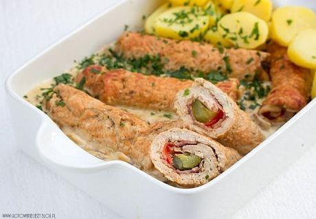 Roladki ze schabu z boczkiem, ogórkiem i papryką konserwową w sosie pieczarkowym to ciekawy pomysł na niedzielny obiad. Mnie osobiście do roladek najbardziej