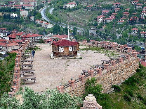 Hıdırlık Tepesi/Safranbolu/Karabük/// Safranbolu'y a ilk gelen Türklerin konuşlandığı,  yağmur duası ile Hıdırellez kutlamaları yapmış olduğu önemli bir mekandır. Hali hazırda Köstendil Kaymakamı Hasan Paşa'nın Türbesi (1845), Hızır (Hıdır) Paşa'nın makamı /mezarı, Kurtuluş Savaşı kahramanlarından Dr. Ali Yaver Ataman'ın (1955) anıt mezarı ve iki adet namazgah bulunmaktadır.