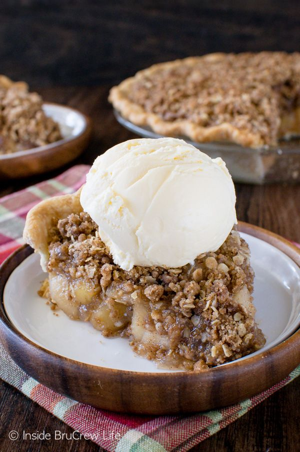 Apple Crisp Pie - homemade apple pie filling and double the crunchy topping makes this a delicious fall recipe for your Thanksgiving day table!