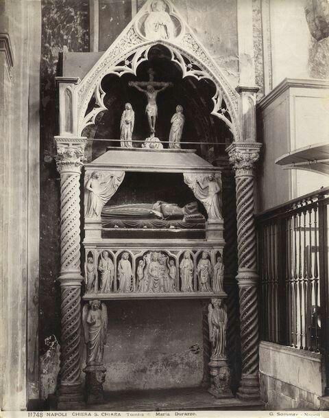 Monumento funebre a Maria di Durazzo.  Ignoto seguace dei Bertini. 1311-14  Collocato a sinistra del monumento funebre di Roberto d'Angiò.  Zona presbiteriale della chiesa di Santa Chiara a Napoli