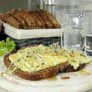 Voor 1 broodje: • 2 flinke sneetjes boerenbrood • brie • 1 eetlepel pijnboompitten • honing • venkelkiemen • zwarte peper