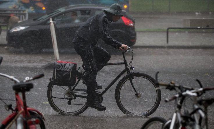 Dieser mutige Radfahrer aus Hamburg lässt sich auch von dem Unwetter nicht stoppen.