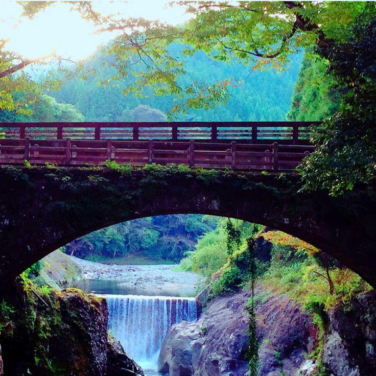自然の渓流が長い年月をかけて 生み出した神秘的な峡谷 奥耶馬渓の魔林峡にかかる石造りアーチ橋。 『念仏橋』と呼ばれ、 かつては高く架けられた丸太橋に その恐ろしさから念仏を唱えて渡ったことが 由来だそうです。 峡谷には散策路が設けられ、 ゆっくり自然の偉大さと静寂を。 四季折々に木々や川の流れが変わり、 違った表情を見せてくれます。 #家族に見せたい景色#ドライブ#奥耶馬渓#魔林峡(まばしきょう)#念仏橋#山国川#神秘