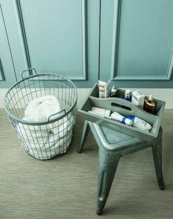 Salle de bains bleue rangement panier oisier tag res for Panier rangement salle de bain