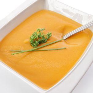 Envie d'un repas léger ? Voici cinq recettes de soupes détox simples à préparer