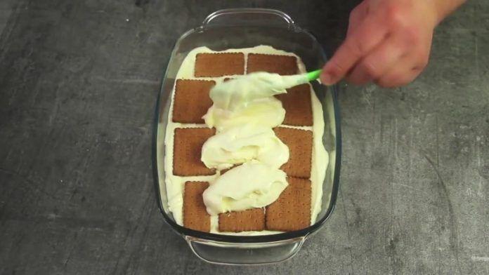 """Acum, acest desert este slăbiciunea mea. Când îmi doresc cevadulce, prepar această prăjitură simplă şi uşoară.Crema de vanilie în combinație cu biscuiții preferați şi glazură: desertul ideal pentru întâlnirile cu prietenii sau cinele de sărbătoare în familie. Merită să încercați! Cu siguranță o să uitați de tradiționalul """"Tiramisu"""" sau """"Napoleon""""! TORT DIN BISCUIȚI FĂRĂ COACERE …"""