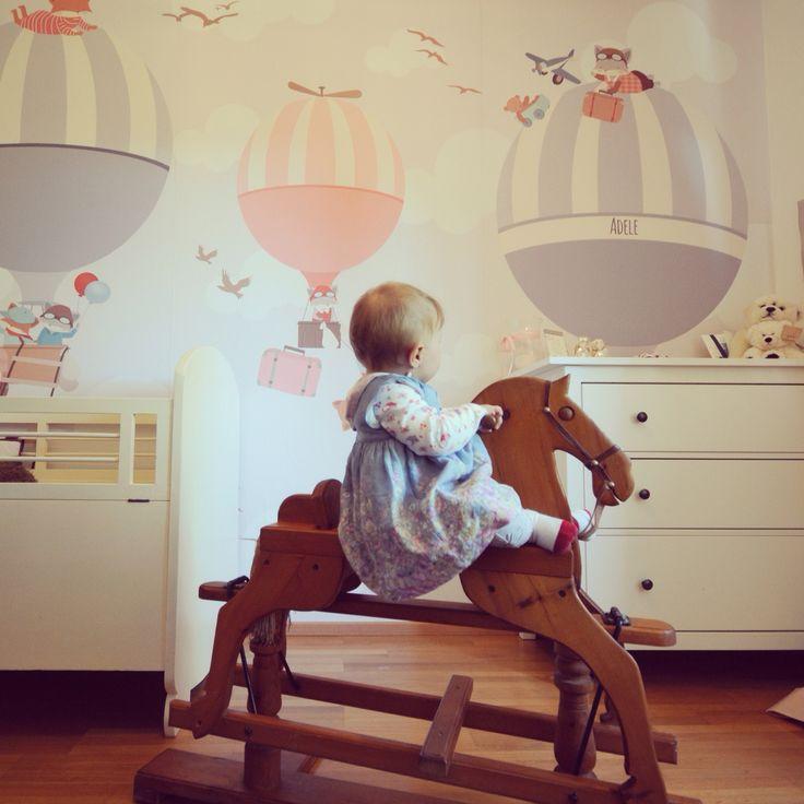 Camera di Adele. Cavallo fatto a mano dal nonno. Carta da parati littlehands