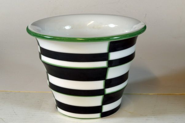 Flowerpot designed by Nora Gulbrandsen for Porsgrund Porselen, Norway. H: 11,5cm signed N.G: From Auksjonshallen