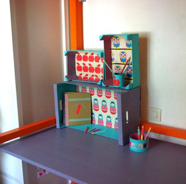 des cagettes en guise d'étagères - les enfants nomades