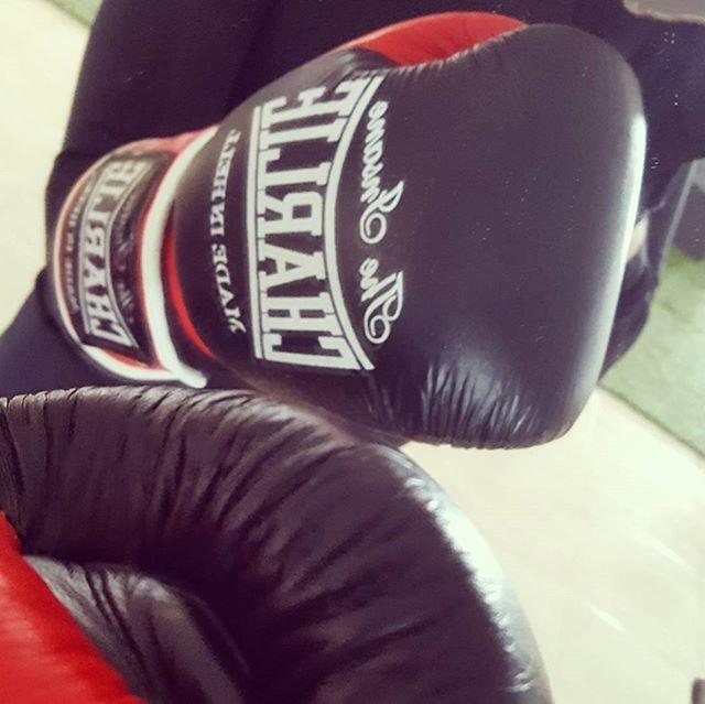 He probado mi regalo de reyes 🎁. Un gran cambio. Increíble sujeción cuando pegas👊. Estoy encantada 😍 I have already test my Three Kings gift 🎁. A great change. Great fixing when you hit 👊. I am so delighted 😍. #40andfit #emporiobarcelo #boxinglife #charlie #madeinhell #boxingworkout #lovetohitit #hitashardasyoucan #removesadness #superwomen #boxinggloves #newone #newgloves #giftsunderthetree #boxeo #box #boxing #14oz