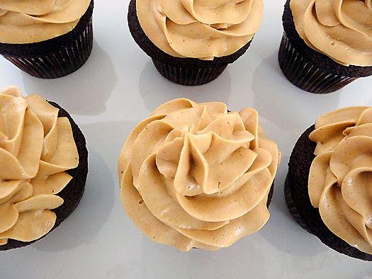 Chocolate cake & Peanut-butter Icening: Peanuts, Chocolates Cakes, Chocolates Peanut Butter, Peanut Butter Cupcakes, Frostings Recipes, Cupcakes Recipes, Sweet Tooth, Peanut Butter Frostings, Dark Chocolates Cupcakes